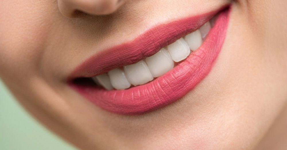 歯の綺麗な女性